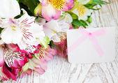 Flores de alstroemeria con tarjeta blanca — Foto de Stock