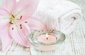 Vela y flor de lirio — Foto de Stock