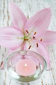 Lily çiçek ve mum — Stok fotoğraf