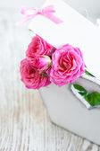 Karta s růží na stůl — Stock fotografie