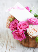 Kaart met rozen op tafel — Stockfoto