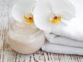 水疗中心设置与白色兰花 — 图库照片