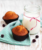 Muffins and milk — Stock Photo