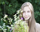 Fille avec un bouquet de fleurs — Photo