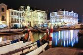 ночная точка зрения традиционной moliceiro лодки в канал aveir — Стоковое фото