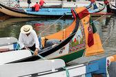 Portuguese sailor mooring traditional moliceiro boat in Aveiro, — Stock Photo