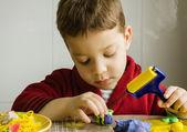 Lindo niño jugando con plastilina — Foto de Stock