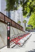 Bicicletas aparcadas en la calle en barcelona, españa — Foto de Stock