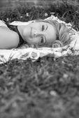 Belle fille reposante sur l'herbe — Photo