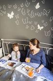 Anne ve oğul yatakta kahvaltı — Stok fotoğraf