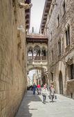 Gothic bridge in Carrer del Bisbe street, in Barcelona, Spain — Stock Photo