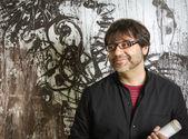 Schilder kunstenaar poseren voor verf — Stockfoto