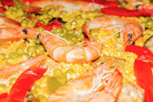 Dettaglio di gambero in una tradizionale paella spagnola — Foto Stock