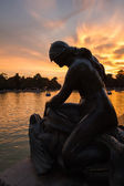Female sculpture in Buen Retiro park lake, Madrid — ストック写真