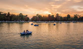 People boating in Buen Retiro park lake, Madrid — Stock Photo