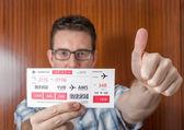 Lycklig man visar boardingkort redo att resa — Stockfoto