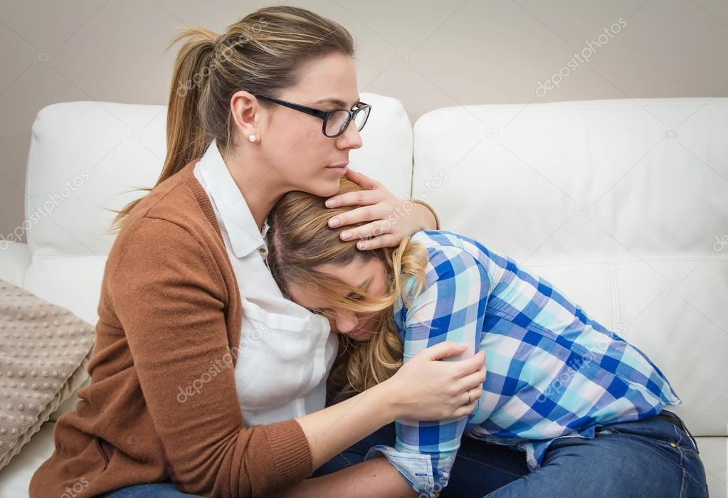mãe abraçando e acalma a filha deprimida - Imagem Stock: 39204563