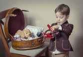 Vintage portrait of boy playing with tin toys — Stock fotografie