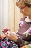 Ritratto di donna maglieria una trapunta di lana vintage — Foto Stock