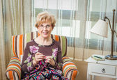 Portret van vrouw breien een vintage wol quilt — Stockfoto