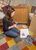 ツールの家具を組み立てること準備ができての女の子 — ストック写真