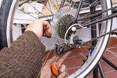Echte fiets mechanic aangepaste fixie fiets repareren — Stockfoto