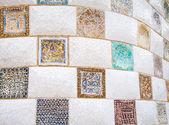 Kolorowe mozaiki ceramiczne w Parc Güell, barcelona — Zdjęcie stockowe