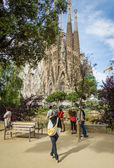 People photographing the Sagrada Familia cathedral — ストック写真