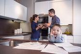 Triste enfant souffrant et parents ayant la discussion — Photo