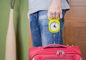 Man checking luggage weight with steelyard balance — Stock Photo
