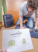 человек пытается закрыть полный ручной клади — Стоковое фото