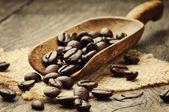 Kahve çekirdekleri içinde kepçe — Stok fotoğraf