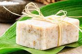 Naturalne mydła ręcznie robione na zielony liść — Zdjęcie stockowe