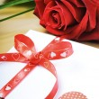 Red rose and envelope in romantic set — Foto Stock