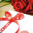 Red rose and envelope in romantic set — Stock fotografie
