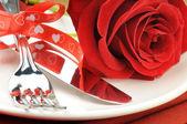 Rosa vermelha e talheres no prato branco — Foto Stock