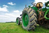 старый зеленый трактор — Стоковое фото