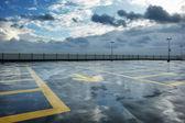 Regen auf dem dach parken — Stockfoto