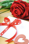 Red rose and envelope in romantic set — Stock Photo