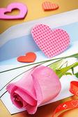 Pink rose en envelop — Stockfoto