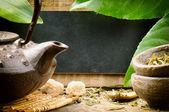 Jogo de chá asiático e placa de madeira rústica — Foto Stock
