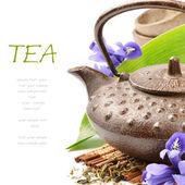 Ensemble de thé asiatique avec des feuilles vertes et fleurs — Photo