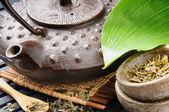 Aziatische thee set met groen blad — Stockfoto