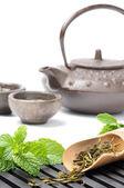 Set da tè asiatici con secchi di tè verde e menta fresca — Foto Stock