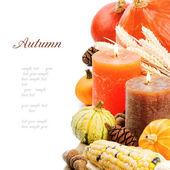 Ajuste de otoño con velas y calabazas — Foto de Stock
