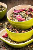 Mezcla de verde seco y té de la flor — Foto de Stock