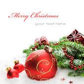 Julgranskulor och fir grenar med dekorationer — Stockfoto
