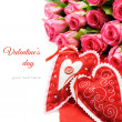 Foto Stock: Two Valentine hearts with bouquet of pink roses