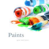 Pinturas de colores y pinceles de artista — Foto de Stock