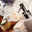 Spa setting with natural soap and lavender - Foto Stock